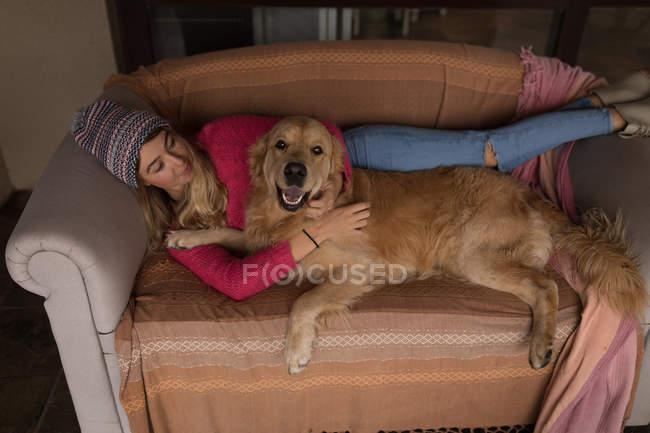 Mädchen mit Hund entspannt zu Hause im Wohnzimmer — Stockfoto