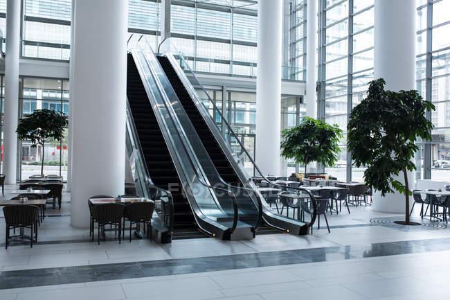 Área de escada rolante e cafetaria dentro do escritório — Fotografia de Stock