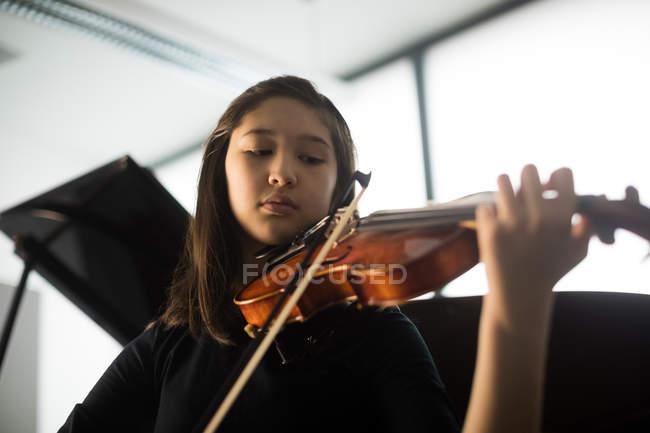 Entzückendes Schulmädchen spielt Geige in Musikschule — Stockfoto