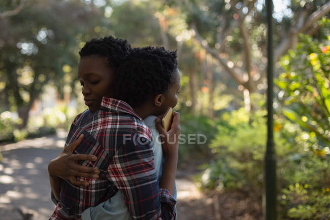 Twins siblings embracing each other on a sunny day — Stock Photo