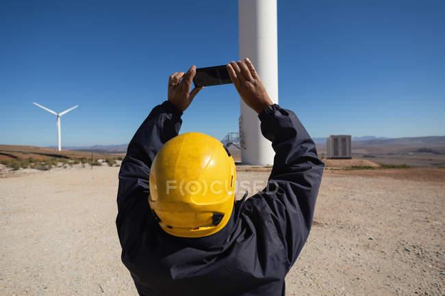 Ingenieur eine Windmühle in einen Windpark zu fotografieren — Stockfoto