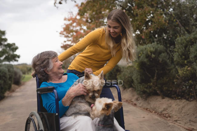 Бабушка красивые внучка принимая вне для прогулок — стоковое фото
