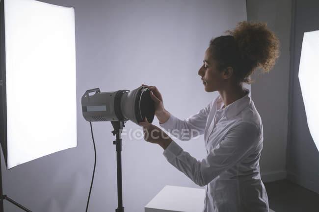 Réglage des feux à éclats en studio photo photographe — Photo de stock