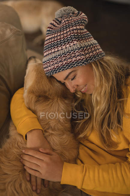 Mädchen umarmt ihren Hund im heimischen Wohnzimmer — Stockfoto