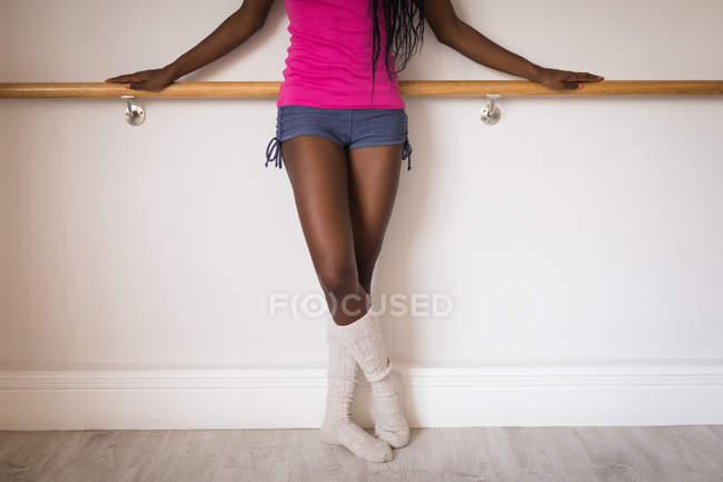 Женщина, стоя с ногами перешли в фитнес-студии — стоковое фото