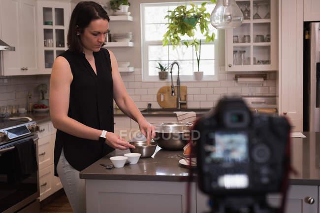 Mujer preparando comida en la cocina en casa - foto de stock
