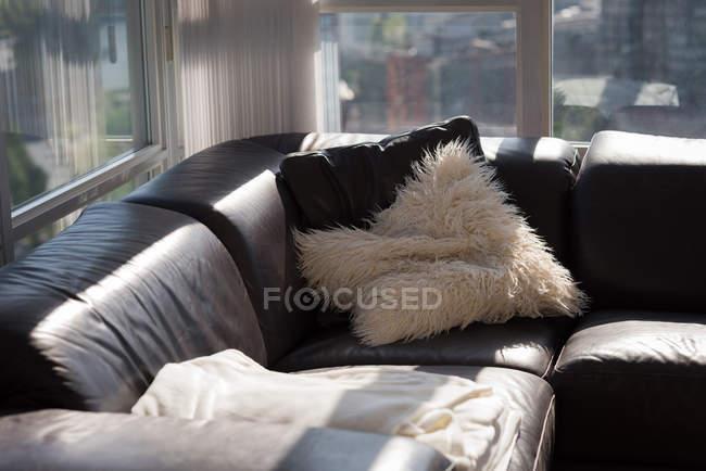 Sofá-cama vazia na sala de estar em casa — Fotografia de Stock
