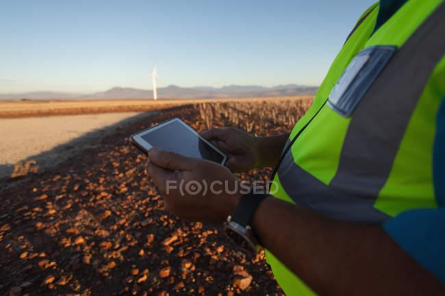 Sezione centrale dell'ingegnere che utilizza un tablet presso il parco eolico — Foto stock