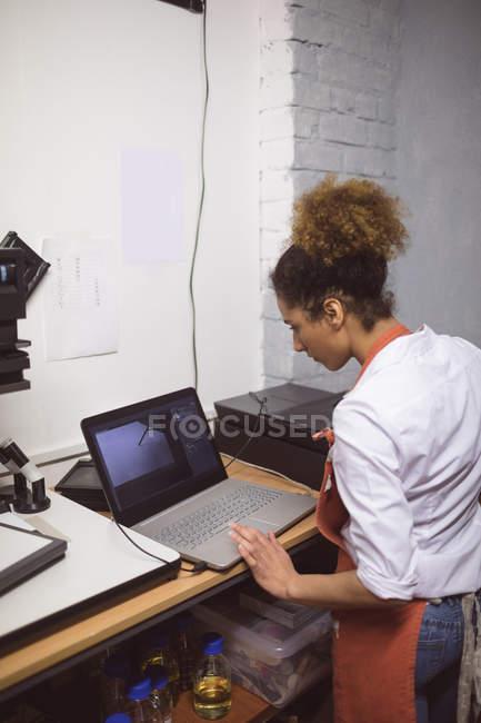 Жіночий фотограф розробки фото — стокове фото