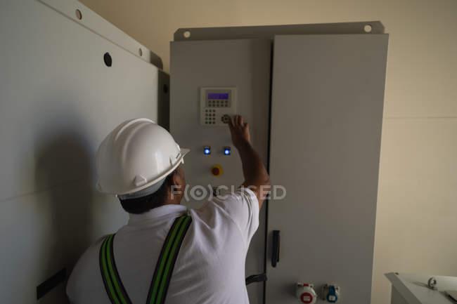 Ingenieur eine Maschine in der Windmühle in einem Windpark in Betrieb — Stockfoto