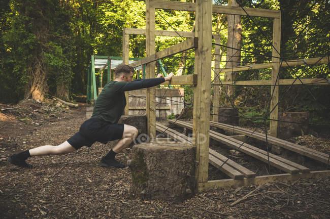 Homme fit exercer au camp d'entraînement par une journée ensoleillée — Photo de stock