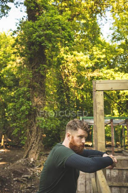 Здоровый человек отдыхает в лагере в солнечный день. — стоковое фото
