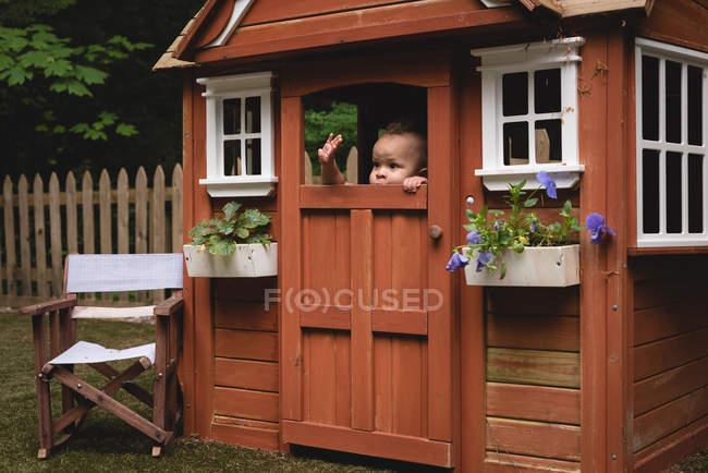 Дитини грати в саду в сонячний день — стокове фото
