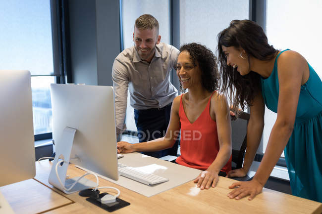 Бизнес-руководители обсуждают за рабочим столом в офисе — стоковое фото