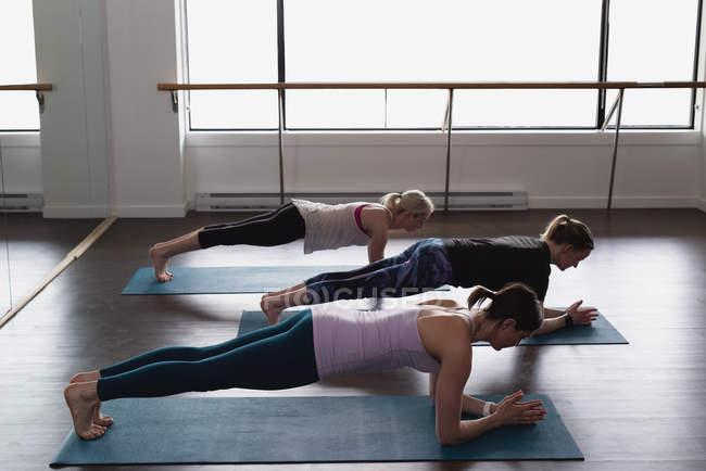 Группа женщин, занимающихся спортом — стоковое фото