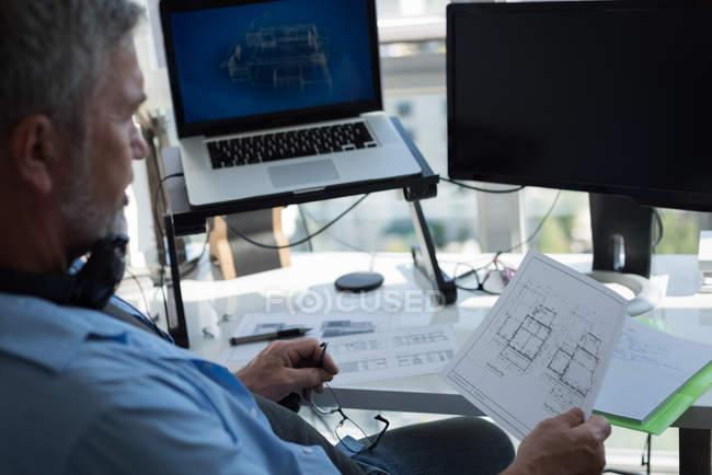 Homme préparant conception architecturale sur ordinateur portable à la maison — Photo de stock