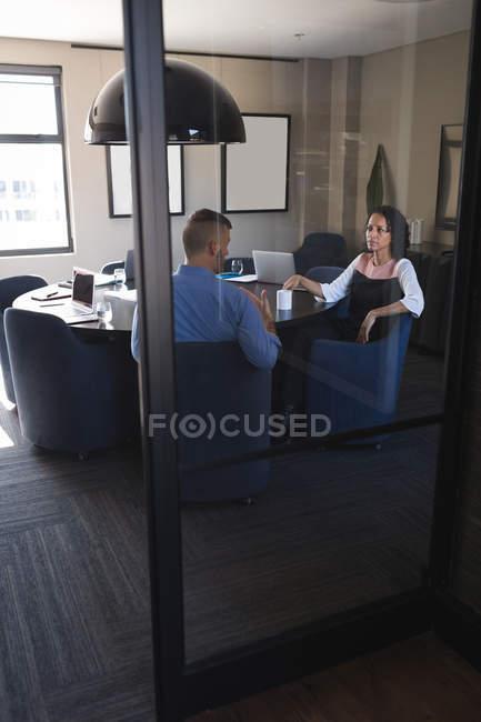Dirigenti aziendali seduti e discutono mentre prendono un caffè in ufficio — Foto stock