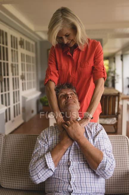 Gerne älteres paar sahen einander auf der Veranda zu Hause — Stockfoto