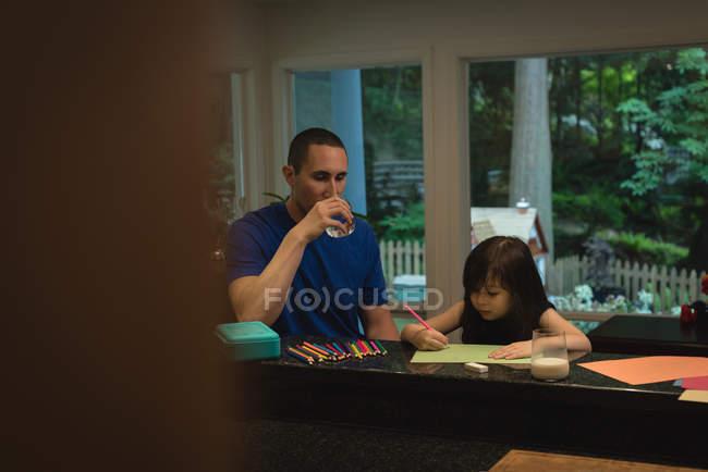 Дівчина з батьком малюнок ескіз в домашніх умовах — стокове фото
