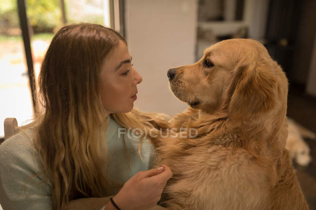 Teenager-Mädchen spielt zu Hause mit ihrem Hund — Stockfoto