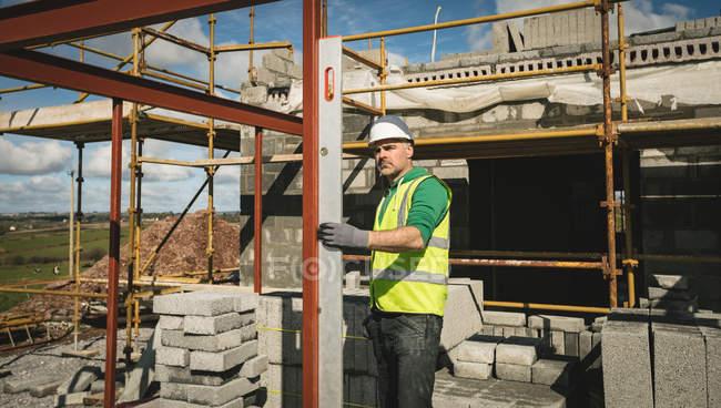 Инженер с уровня датчика работы на строительной площадке в Солнечный день — стоковое фото