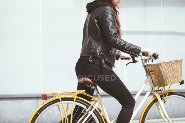 Partie médiane de la femme en veste vélo d'équitation — Photo de stock