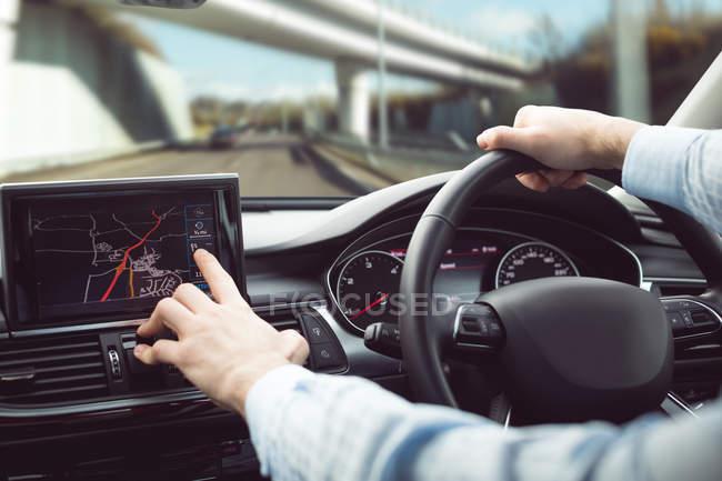 Uomo d'affari alla guida di una macchina moderna — Foto stock