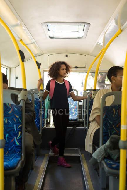 Вдумчивый девочка-подросток, поездки в автобусе — стоковое фото