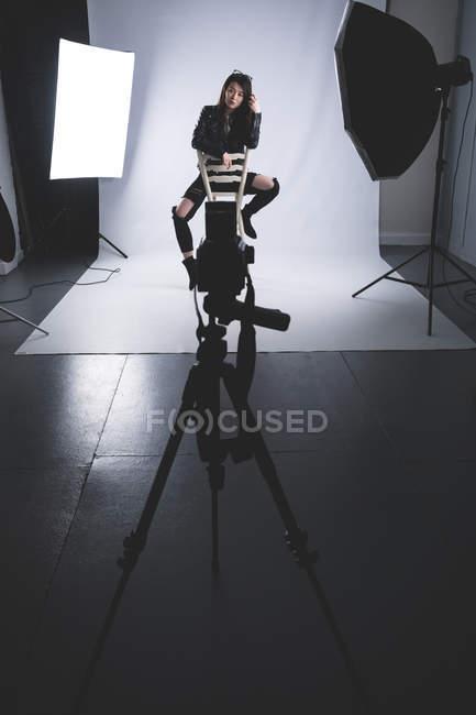 Female model posing for a photo shoot in photo studio — Stock Photo