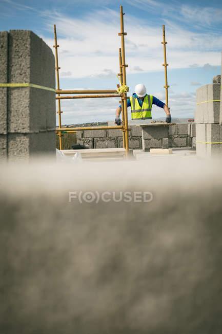 Инженер, делать на уровне проверки на стене на строительной площадке — стоковое фото