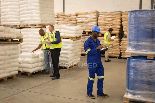 Внимательный персонал проверяет запасы на складе — стоковое фото