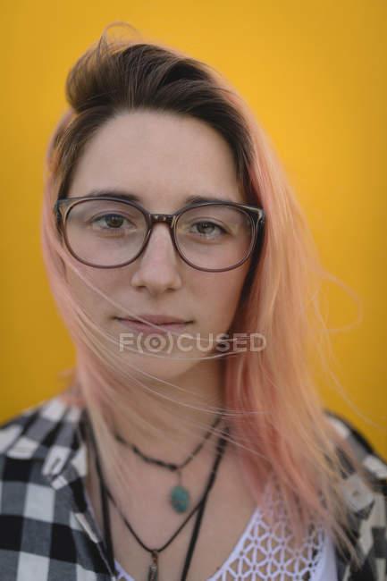Beautiful young woman posing for camera — Stock Photo