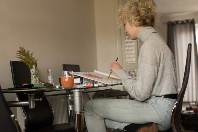 Жіночий blogger забарвлення ескіз в домашніх умовах — стокове фото