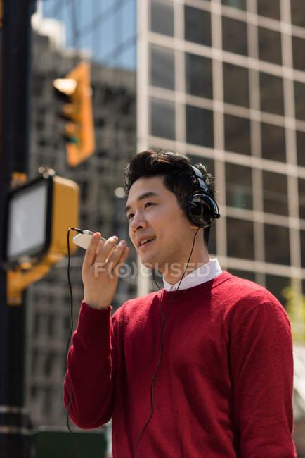 Jeune homme parlant sur téléphone portable dans la ville — Photo de stock