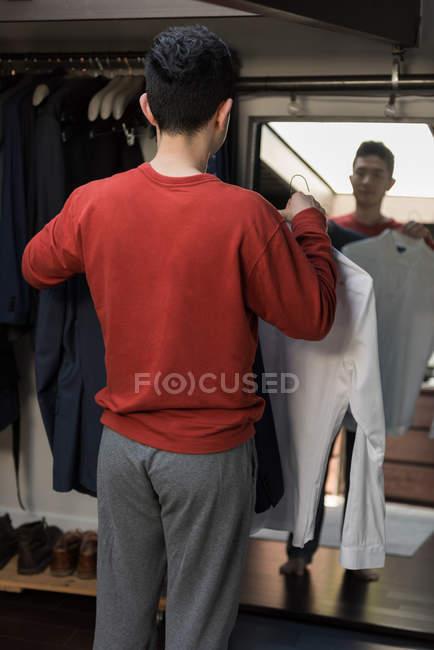 Людина, вибравши його одяг вранці в домашніх умовах — стокове фото