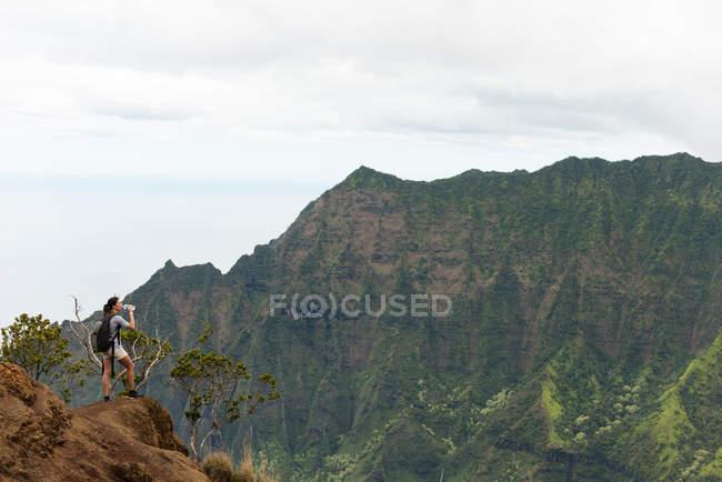 Randonneur, debout sur le toit de la montagne à la Na Pali Coast State Park — Photo de stock