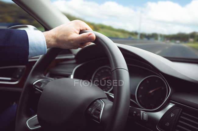 Primo piano di un uomo d'affari che guida un'auto — Foto stock