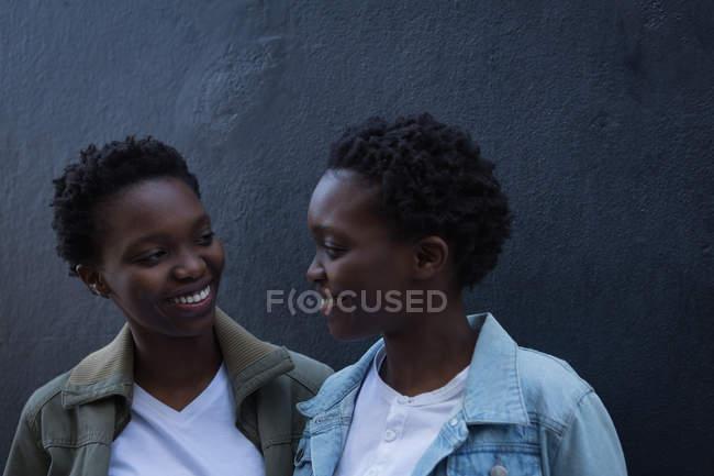 Близнюки брати і сестри з задоволенням в міській вулиці у сонячний день — стокове фото