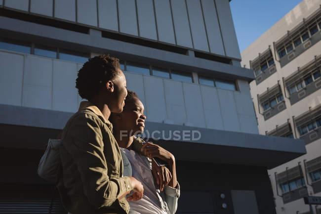 Frères et sœurs jumeaux, interagissent entre eux dans la rue de la ville — Photo de stock