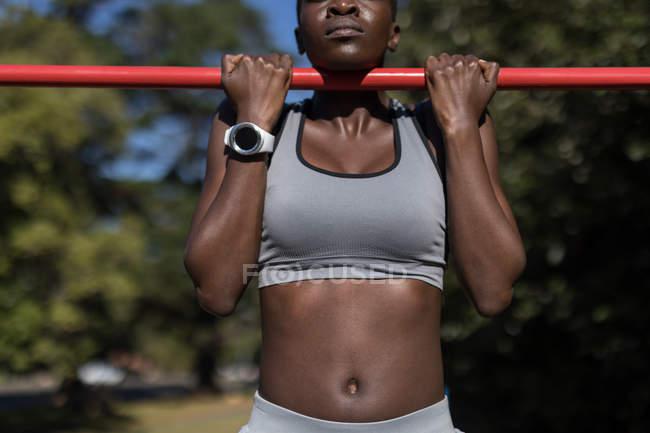 Розділ середині визначається спортсменка працювати на бари — стокове фото