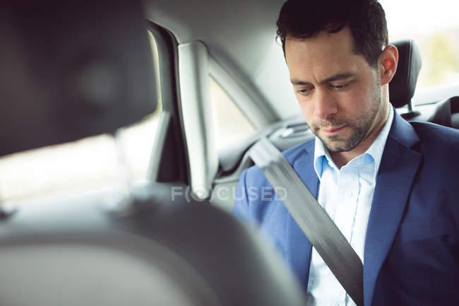 Empresário inteligente viajando em um carro — Fotografia de Stock