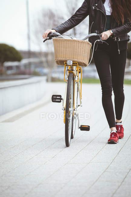Unterer Abschnitt der Frau mit Fahrrad zu Fuß auf Gehweg — Stockfoto
