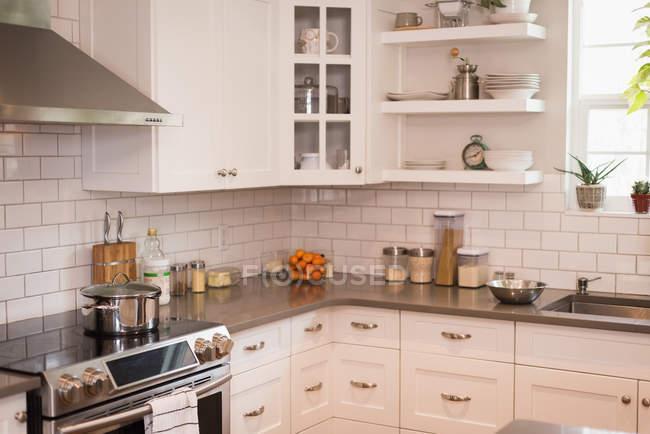 Interior da cozinha modular em casa — Fotografia de Stock