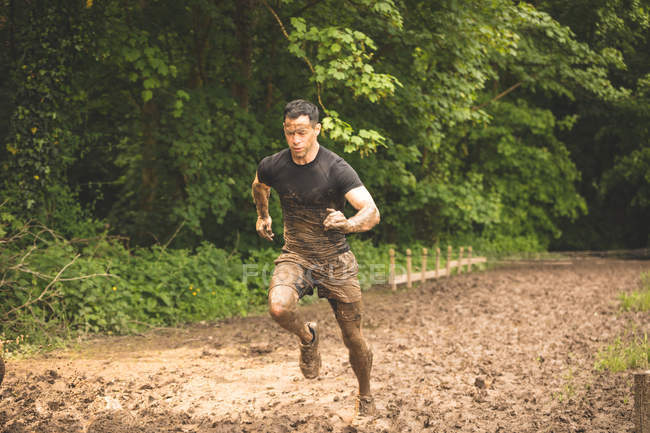 Fit-Man-Training über Hindernisparcours im Bootcamp — Stockfoto