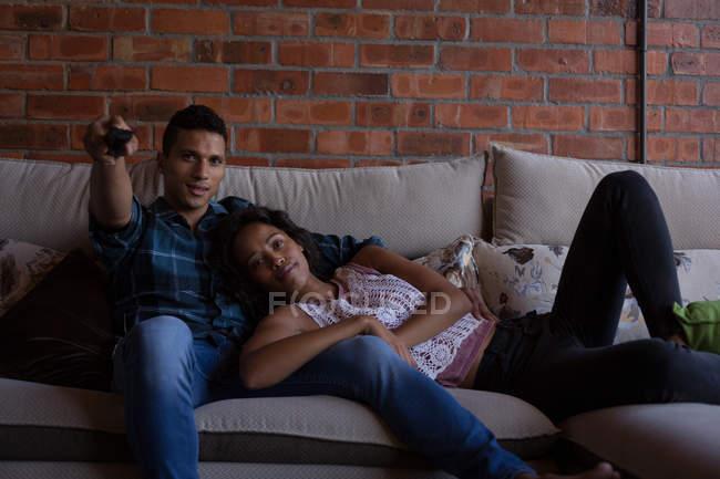 Paar schaut zu Hause im Wohnzimmer fern — Stockfoto