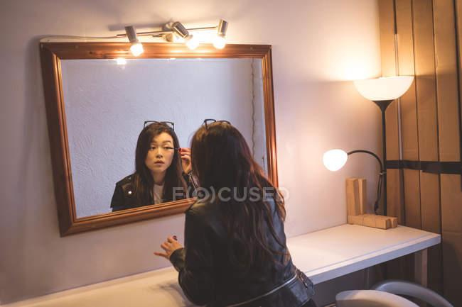 Modelo de aplicação de delineador no vestiário no estúdio de fotografia — Fotografia de Stock