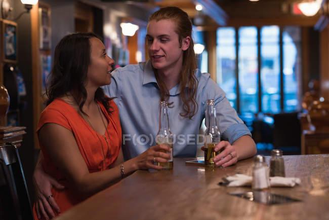 Coppia romantica che beve birra nel night club — Foto stock