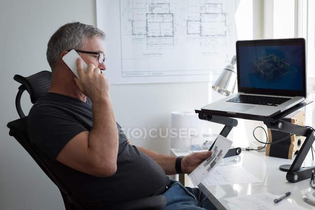 Mature homme parler sur téléphone mobile à la maison — Photo de stock