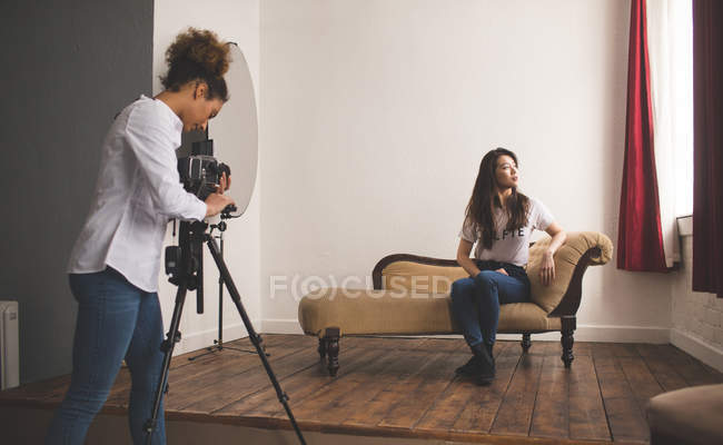 Female model posing for a photo shoot in photo studio — Stock Photo