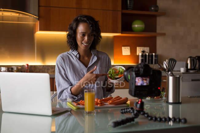 Vlogger alimentaire filmer la recette vidéo à la maison — Photo de stock